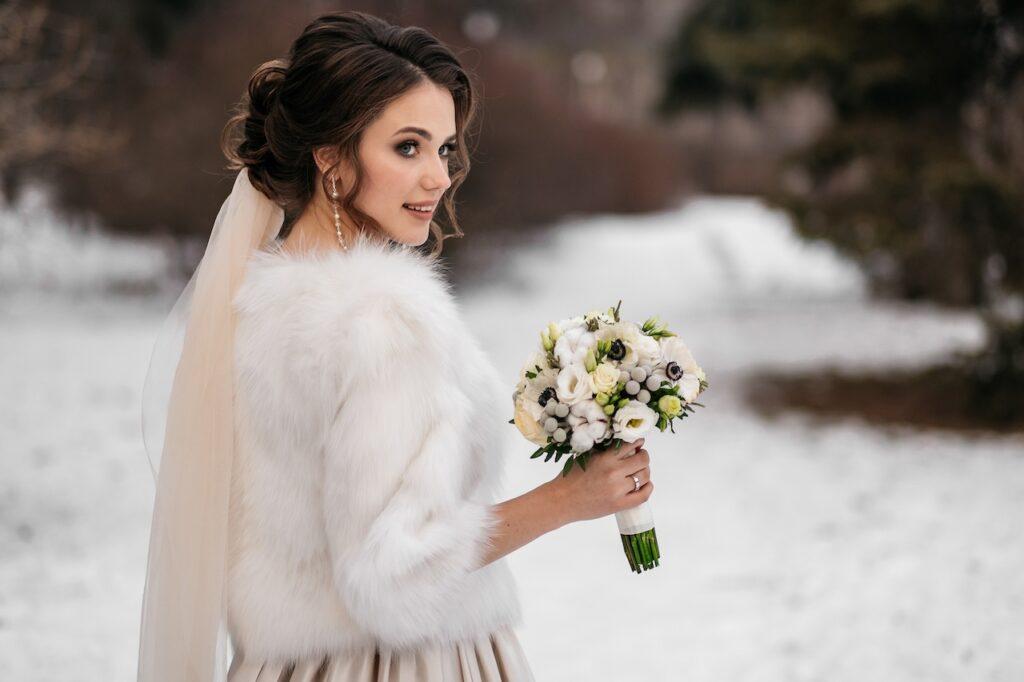Une mariée qui pose pour son mariage d'hiver
