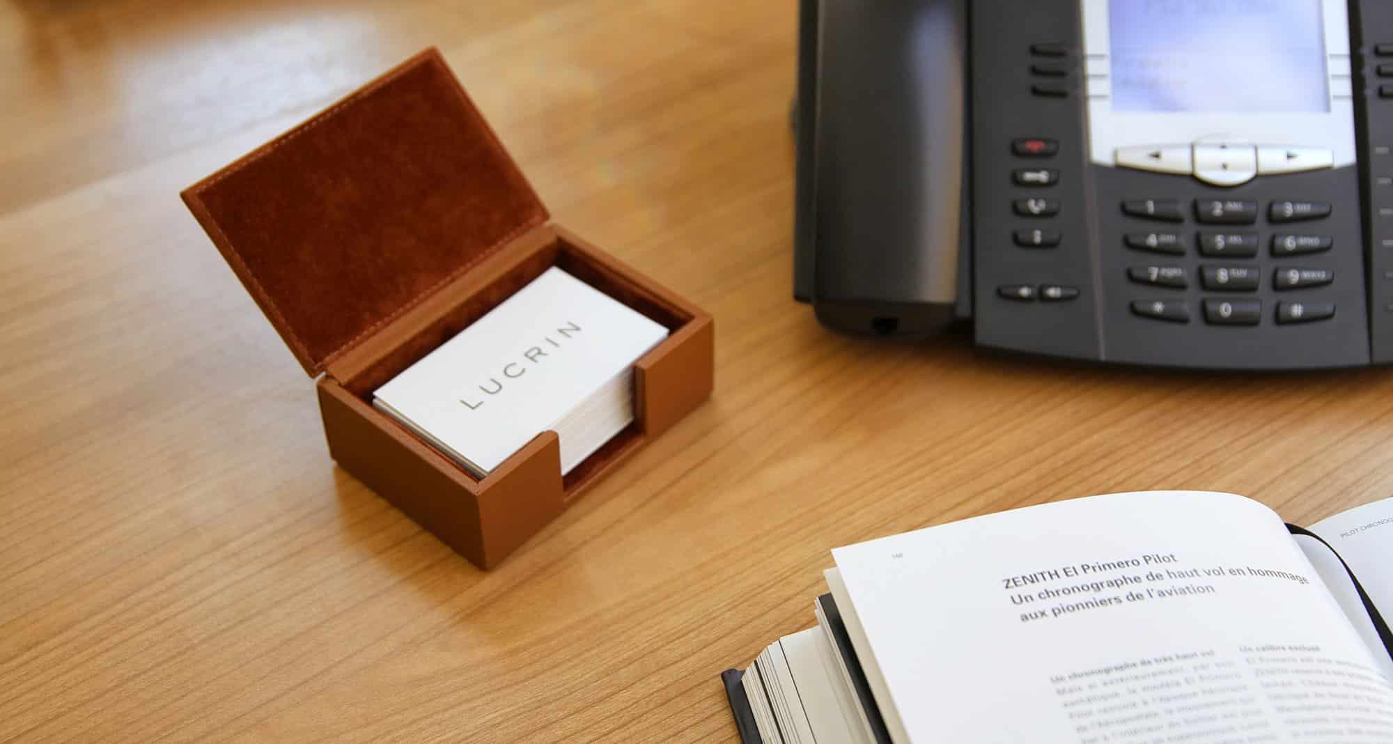 Une boite contenant des cartes de visite