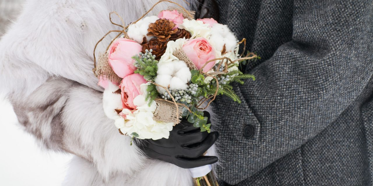 Couple vêtu de manteau pour leur mariage d'hiver