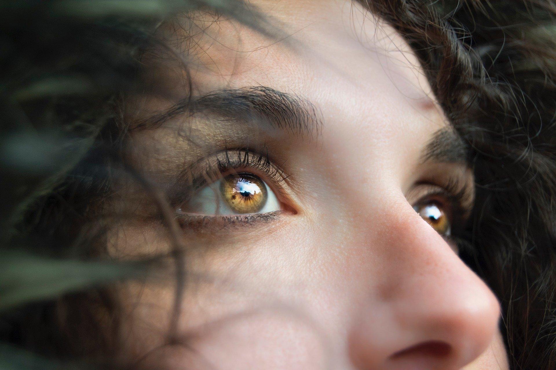Boutons à l'intérieur du nez : causes et traitements ?