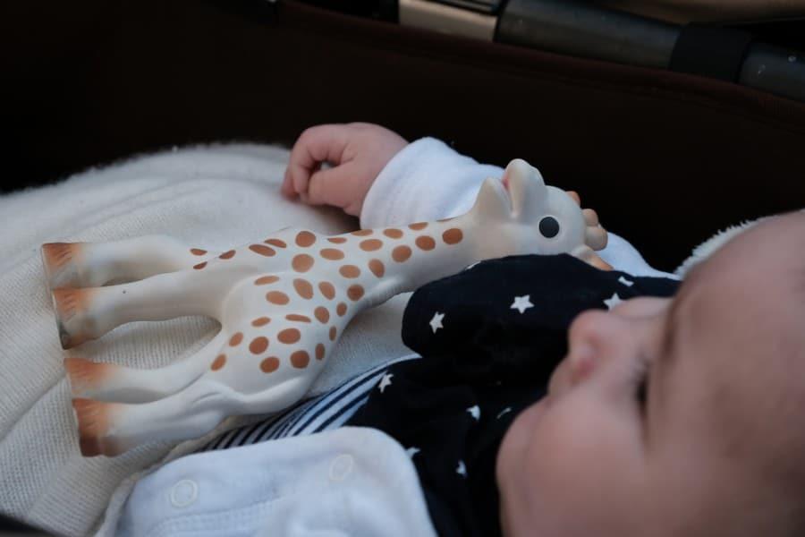 Un bébé avec Sophie la Girafe